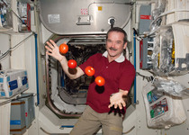 Thumb iss 34 chris hadfield juggles some tomatoes
