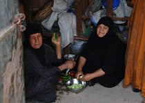 Thumb iraqi women in their kitchen preparing a meal for a luncheon